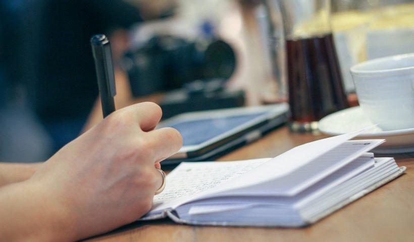 Une personne qui écrit
